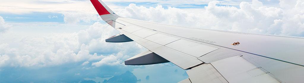 Flugzeug-Flügel-über-Wolken