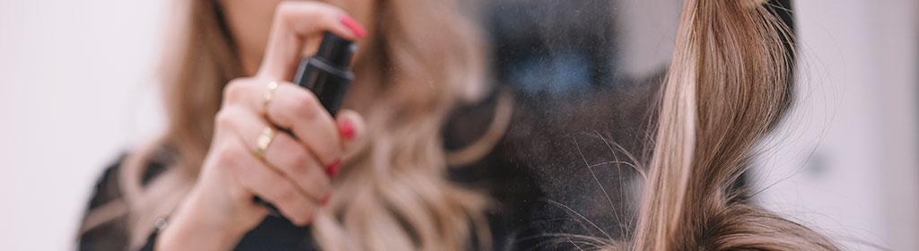 Deo und Haarspray im Handgepäck