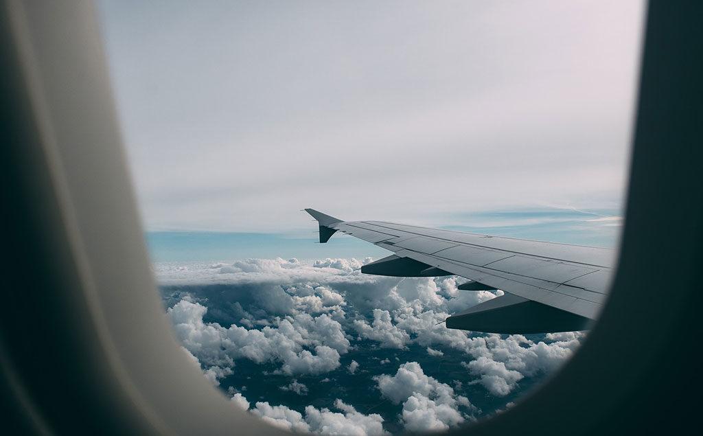 Foto aus dem Flugzeug mit Flügel