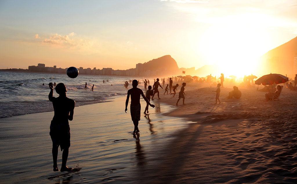 Brasilien | Sonnenuntergang am Strand in Rio de Janeiro (Copacabana)