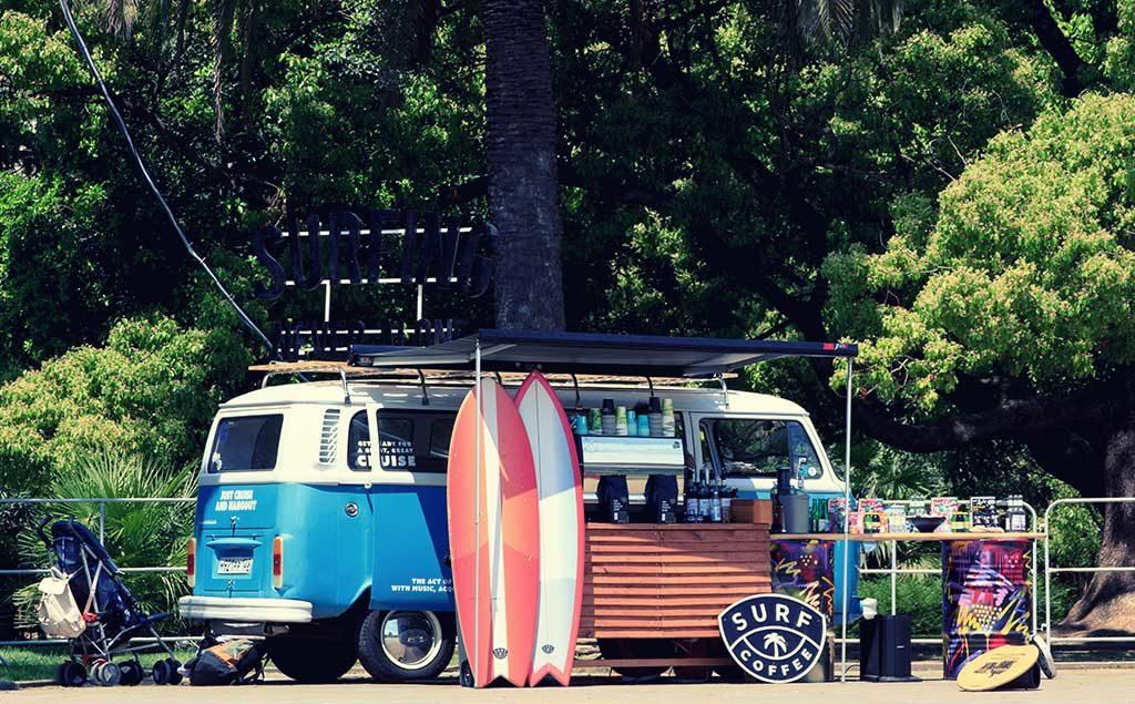Surf-Stand und Kaffee