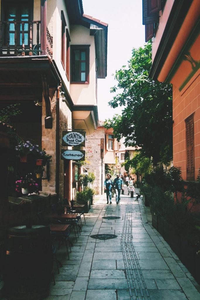 Antalya Seitengasse mit Restaurants