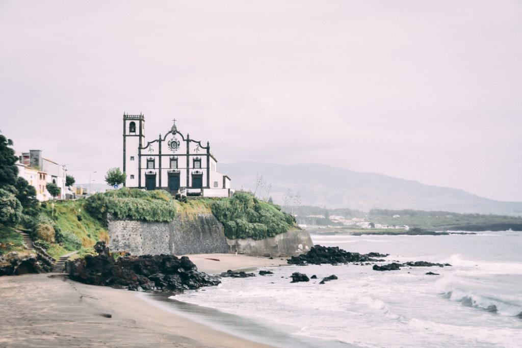 Azoren Blick auf die schwarz weiße Altstadt von São Miguel