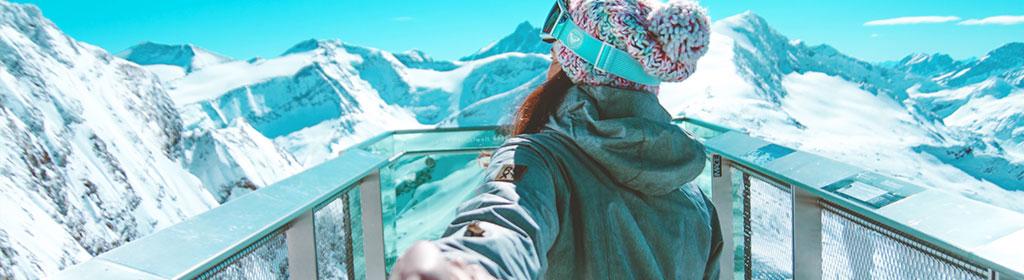 Frau auf Aussichtsplattfom in Zell am See