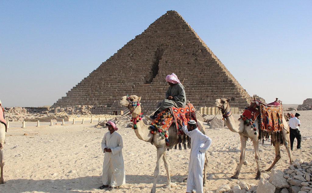 Gizeh | Kamele vor der kleinsten Pyramide von Gizeh, der Mykerinos-Pyramide