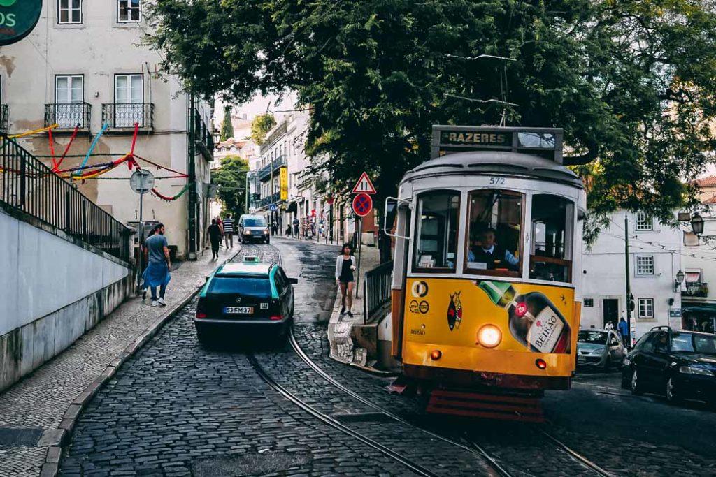 Lissabon Tram 28 in Altstadt