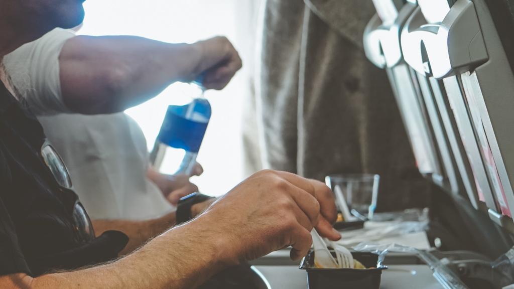 Essen und Trinken am Bord des Flugzeuges